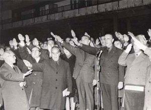 Fraga realizando el saludo fascista
